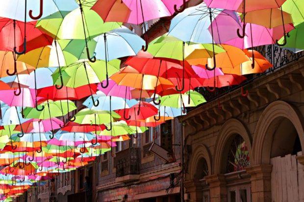 Sokakta şemsiye sanatı!