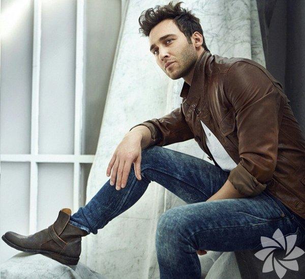 Seçkin Özdemir, 25 Ağustos 1981'de, İstanbul'da doğdu.