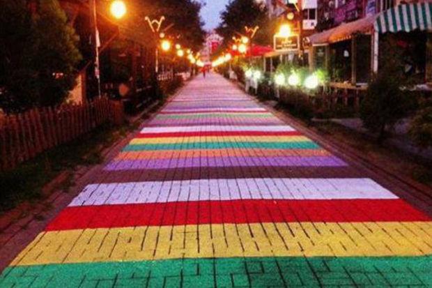 Merdivenler özgürlük renginde!
