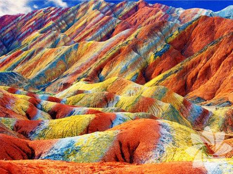 Rainbow Mountain ismi ile bilinen Çin'deki Gökkuşağı Dağları, doğanın muhteşemliğini bir kere daha gösteriyor.