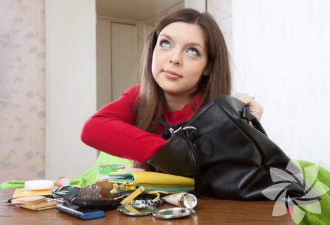 Dağınıklıktan kurtulun. Evinizdeki ya da ofisinizdeki gereksiz eşyaların yarısından bile kurtulabilseniz kendinizi çok hafiflemiş hissedecek, belki birkaç kilodan ve hatta baş ağrılarınızdan kurtulacaksınız.