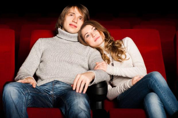 Aşık erkek eşinin seçtiği filmi izliyor…