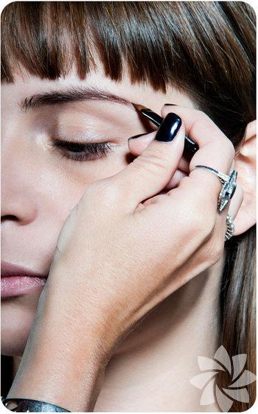 Doğal gözükmenin en önemli noktalarından birisi kaşlarınıza şekil verirken kalemle boyamak yerine kaş fırçalarından faydalanmaktır. Kaşlarınızla aynı tonlarda bir kaş farı kullanarak boşlukları doldurun.
