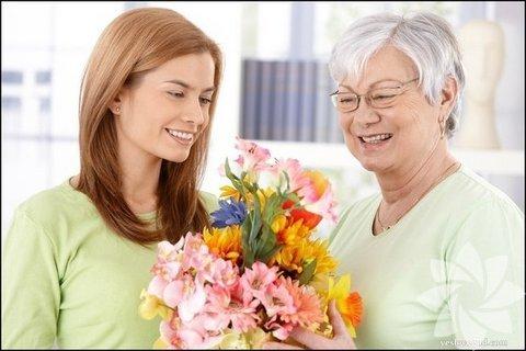 Çiçek... Bir buket taze çiçek ya da hoş bir saksı çiçeği sadece büyüklerinizi değil, arkadaşlarınızı ve komşularınızı da mutlu eder. Bunun için bayram sabahı açık çiçekçi dükkanı aramanıza gerek yok. Hafta sonu yol üstünde bir çiçekçiden çiçeğinizi seçip evde saksısını istediğiniz ambalaj kâğıdı ile kaplayarak vereceğiniz kişiye özel bir hale getirebilirsiniz. Taze çiçekleri ise bir gün önceden alıp buzdolabında saklayabilirsiniz.
