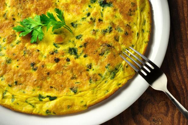 Beyaz peynirli maydanozlu omlet