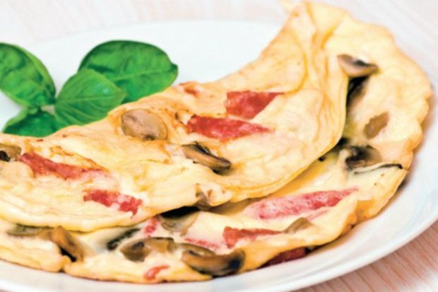 Mantarlı salamlı omlet