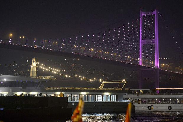 Boğaziçi Köprüsü yine pembeye büründü