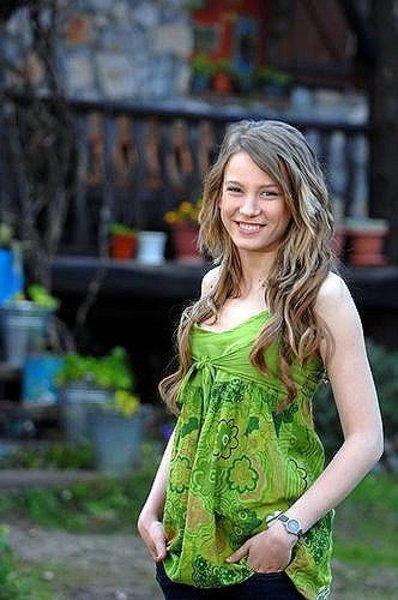 <p>Serenay Sarıkaya, 1 Temmuz 1991 yılında Ankara'da doğdu.</p>