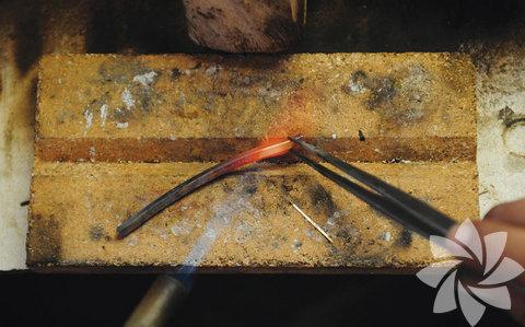 Atölyede 32 gram ham altını küçük bir kasenin içinde yaklaşık bin derecede ısıtan pırlatan ustası, eriyen altını şerit halindeki kalıba döküyor. Altın, soğumasının ardından asite batırılarak özel bir mum sürülen testere ile ikiye bölünüyor.