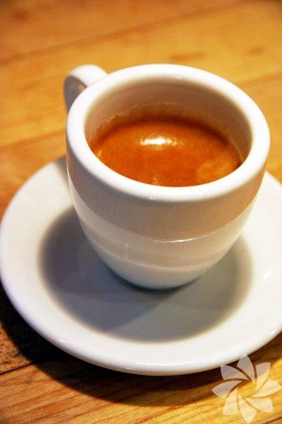 Espresso: için, Türk kahvesinin İtalyan versiyonu da denebilir. Basınçlı suyun, 25 sn. gibi bir sürede sıkıştırılmış kahvenin içinden geçmesiyle elde edilir.