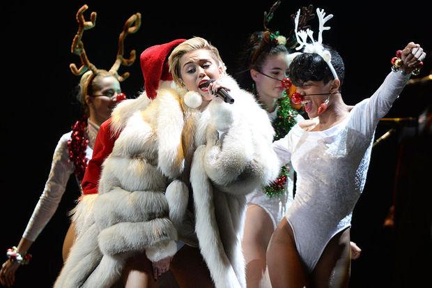 Miley sahne şovunu abarttı!