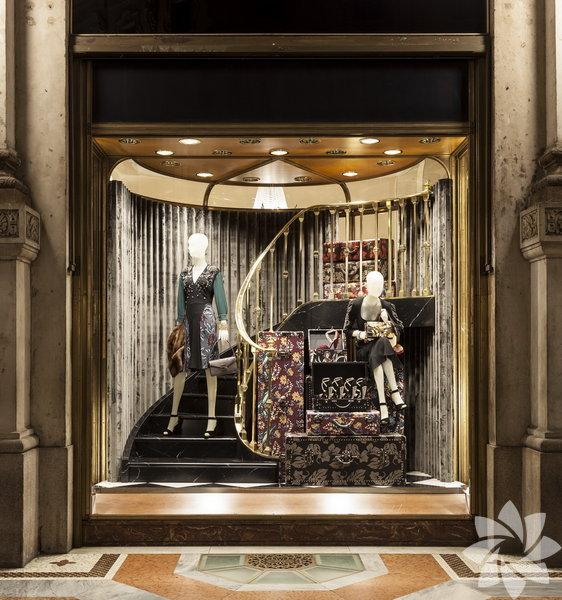 Prada, ikonik tasarımlarının 3 boyutlu kolajlarını yeni yıl için vitrinlerine taşıdı.
