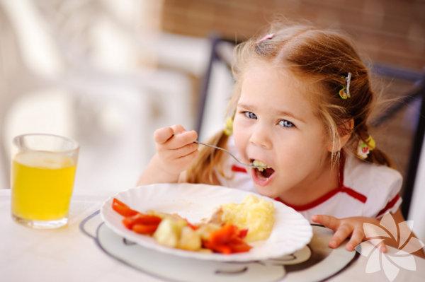 Günün en önemli öğünü olan kahvaltı için sadece sizleri lezzet ve kaliteyle buluşturan değil, aynı zamanda çocuğunuzun da kalbini fethedebilecek mekanlar bulduk. İlle de kahvaltı diyoruz! Hele hele hafta sonu kahvaltıları, yoğun iş hayatından ailesine ve kendine zaman ayırmak isteyenler için olmazsa olmazların başında geliyor.  Çocuklu aileler için şehirde bu keyfi sizlere yaşatabilecek yerler var fakat bu tür kahvaltı sofralarının nerede kurulduğunu bilmek pek kolay olmuyor. Elit yeme içme kulübü GastroClub, İstanbul'un iki yakasında da çocuklarınızla gidebileceğiniz en leziz kahvaltı mekânlarını sizler için bir araya getirdi.