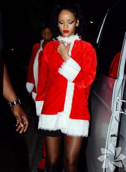 Noel tatili için ülkesi Barbados'a giden Rihanna, bir gece kulübündeki iç çamaşırı partisine Noel Baba kostümüyle katıldı.