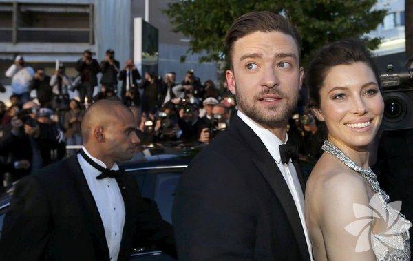 """Mayıs ayında İstanbul'da konser verecek olan ABD'li şarkıcı Justin   Timberlake'in geçen yıl evlendiği oyuncu eşi Jessica Biel'in ünlü   şarkıcının geçen cumartesi akşamı Saturday Night Live adlı programa   katıldığında ve sonrasındaki partide yanında olmaması """"ayrılıyorlar""""   söylentilerini güçlendirdi."""