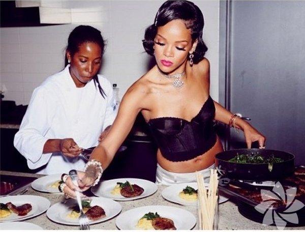 Müzik dünyasının en çok tartışılan isimlerinden Rihanna, yılbaşı gecesinde evinde verdiği davet için mutfağa girdi.