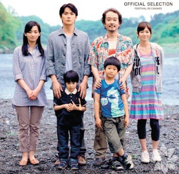 """İstanbul Japon Film Festivali: Bugün başlayan ve 25 Ocak'a kadar sürecek olan 10. İstanbul Japon Filmleri Festivali, ücretsiz gösterilecek filmleriyle bu haftanın yıldızı. Yönetmen Hirokazu Koreeda'nın 2013 Cannes Uluslararası Film Festivali Jüri Ödülü kazanan """"Benim Babam, Benim Oğlum"""" filmi ile başlayacak olan festivalde; günümüz çağdaş Japon sinemasından """"Mutluluk Veren Ekmek"""" ve """"Benden Sana"""" filmleri; animasyon kuşağında ise, çağdaş Japon anime dünyasını temsil eden yönetmen Makoto Shinkai'nin ilk eserlerinden """"Yıldızın Sesi"""", """"Saniyede 5 Santimetre"""" ,""""Kulenin Gizemi"""" ve yönetmen Yamamoto imzalı """"Miyori'nin Ormanı"""" gösterilecek. Yani tam bir ziyafet! Bütün filmler Akbank Sanat'ta ve Türkçe altyazılı."""