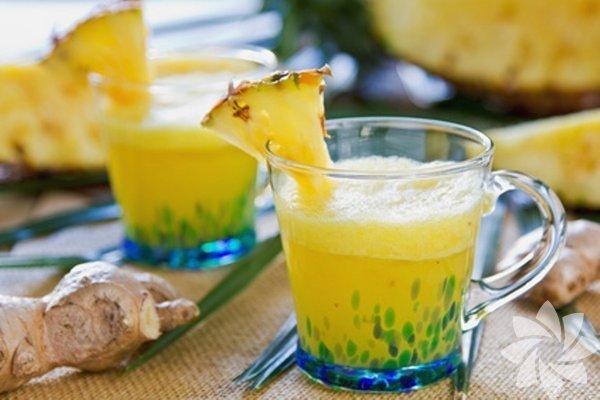 Ananas suyu ve bal Bromelain enzimi içeren ananas lezzetli bir meyve olmasının yanı sıra öksürükten iltihaplanmış akciğerlerin tedavisinde de kullanılır. Daha fazla öksürme ihtiyacını bastırır. Uzmanların araştırmalarına göre ananasta doğal olarak bulunan bromelain astım tarzı öksürüklerde de kullanılır. Ananas suyunu biraz ılıtın. 1 yemek kaşığı balı buna ekleyin ve balın erimesini bekleyin. Sıcak ve soğuk içebilirsiniz. Ilık hali boğazınızı rahatlatacaktır.