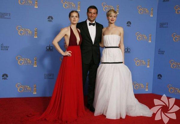 """Geçen pazar, Altın Küre Ödülleri'nde 3 dalda ödül alarak gecenin  kazananı olan """"Düzenbaz"""" (American Hustle) ve Meksikalı Alfonso Cuaron'a  en iyi yönetmen ödülünü getiren """"Yerçekimi"""" (Gravity), 10'ar dalda  Oscar'a aday gösterildi."""