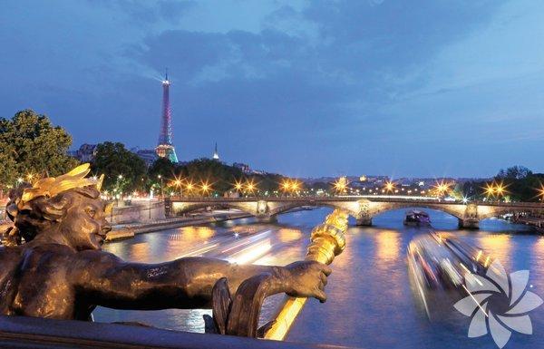 """Hafta sonu bir yurtdışı seyahati kulağa nasıl geliyor? """"Zaman dar, gitmek zor"""" diyenleri duyar gibiyim. Hiç de değil. Artık ulaşım hızlı ve kolay. Üstelik vaktiniz zaten hep dar! Rutinden kurtulup başka kentlerde akıp giden hayatlara dalınca, hafta sonunun nasıl da uzadığını göreceksiniz... Paris, yalnız modanın, aşkın, romantizmin, sanatın, ikonik yapıların başkenti değil... Stil sahibi insanların, ışıkların, sokakların, kenar mahallelerin, küçük kafelerin, parizyen bir hayatın içinde hiçbir şey yapmasanız da kendinizi mutlu hissedeceğiniz anların, yani gerçek Parislilerin şehridir. O halde bırakın Louvre'u, Eiffel Kulesi'ni, Champs-Élysées'yi, Musée d'Orsay'yi... Bir hafta sonu gezisi için bile olsa, vaktinizi öğrenmeye değil yaşamaya, tatmaya ayırın. Ve sakın hafta sonunu kısa sanmayın!"""