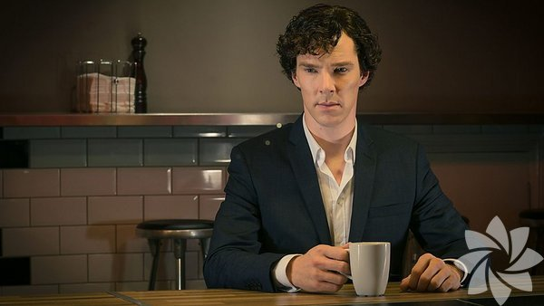 BBC'nin Sherlock Holmes serisini günümüze uyarlayarak yeniden hazırladığı Sherlock dizisi, 1 yıl aranın ardından 3. sezonuyla yeniden ekranlara döndü.  Her sezon 3 bölüm şeklinde yayınlanan Sherlock ağzımızda şarap tadı bırakırken, dizideki karakterlerin giyimi de gözlerimizin pasını sildi.  Benedict Cumberbatch'i Sherlock Holmes rolünde izlediğimiz diziden birkaç ipucu aldık. İşte Sherlock modası…