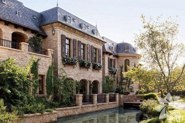 Gisele Bündchen ve Tom Grady çifti, bir süredir tadilatı devam eden Los Angeles'taki 20 milyon dolarlık malikânelerinin kapılarını Architectural Digest Dergisi'ne açtı.