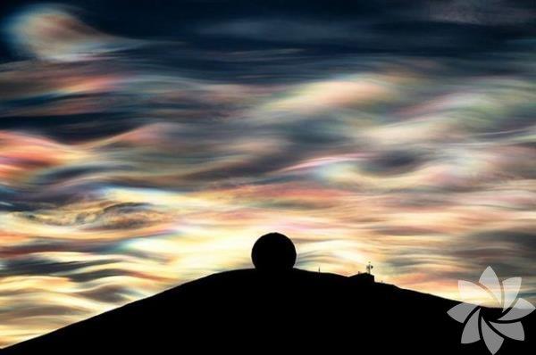 Sedef Bulutlar Bu bulutlar elektrik boşaltımı sırasında içerisindeki ışığın balon şeklinde aydınlanması ile oluşmaktadır.