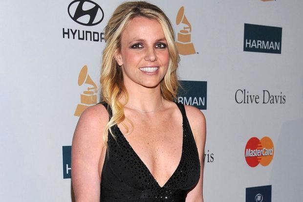 Britney babasının kontrolünde