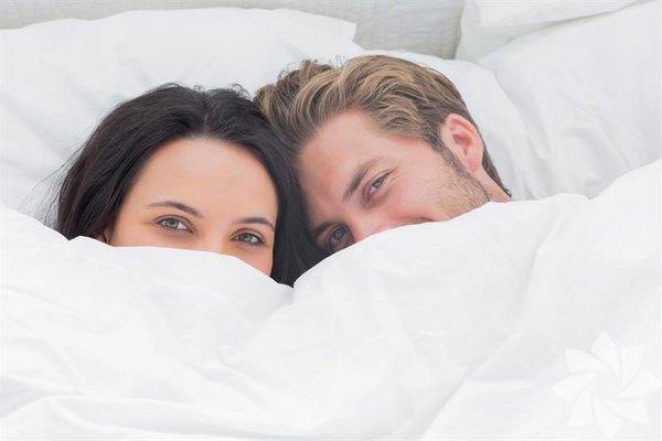 <p>Seks hayatınızın biraz heyecana mı ihtiyacınız var? Belki de partnerinizle olan güçlü bağınızı yeniden keşfetmeniz, kendi cinsel farkındalığınızı derinleştirmeniz ve yatakta biraz daha eğlenmeye ihtiyacınız olabilir. 14 adımda cinsel hayatınızı güzelleştirmenin yolları:</p>
