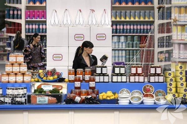Süpermarket reyonlarının podyuma dönüştüğü The Chanel defilesi Paris  Moda Haftası'na damga vurdu.