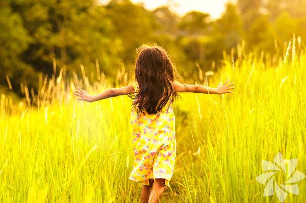 """4. Çocuğunuzun gerçek özbenliğinin ortaya çıkmasına çaba sarf edin. Anne babanın birinci görevi çocuklarının içindeki cevherin ortaya çıkmasına yönelik rahat ve huzurlu bir ortam sağlamaktır. Mutlu ve tatminkar bir hayatın temeli kişinin kendini tanımasıyla başlar, onun için çocuğu yönlendirmeden ve sabırla kendi gerçeklerinin, yeteneklerinin, kısacası kendi yaşam """"öz""""ünün ortaya çıkmasına zemin hazırlayın."""
