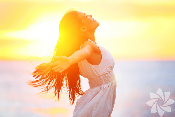 Bazen gündelik işlere kendimizi o kadar çok kaptırırızki birkaç dakikamızı ayırıp bir başkası ile ilgilenmez, onun daha iyi hissetmesine sebep olmayız. Halbuki bu tarz algı ve tutum aynı pozitiflikle size dönecek ve sizin gününüzü de güzelleştirecektir.  İşte daha güzel bir gün için 15 öneri: