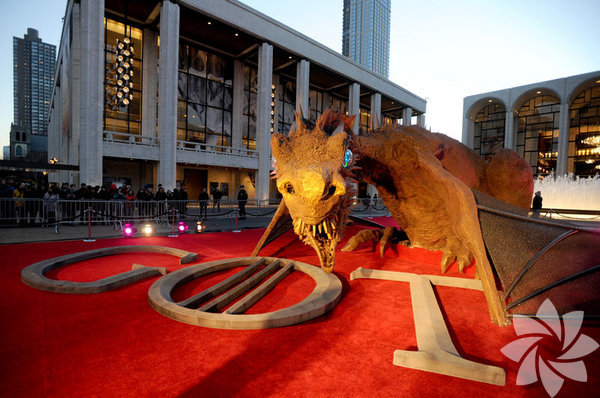 Televizyon dünyasının en çok ilgi gören dizilerinden 'Game of Thrones'un  (Taht Oyunları) dördüncü sezonu için yapılan gala gecesinde dizinin  oyuncuları gövde gösterisi yaptı.