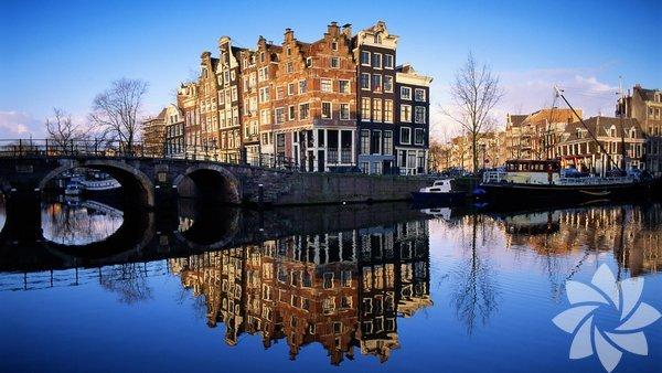 Amsterdam'da 17. yüzyılda kazılan ve bugün şehrin en gözde bölgesi olarak bilinen Herengracht, Prinsengracht ve Keizersgracht kanallarının çevresinde pek çok aperitif mekânı ve cool restoran var. ilave olarak hotel barlarını tavsiye edebilirim.