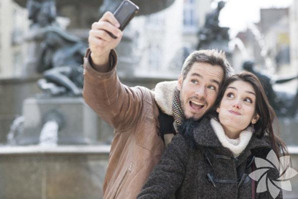 Selfieİlk randevuda birlikte bir selfie çekilip facebook'ta paylaşmayı teklif etmeye kalkmayın!