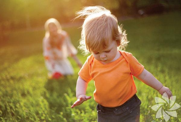 Bebeklerin kimi erken kimileriyse geç yürümeye başlar. Yaklaşık yüzde 50 oranında bebekler genellikle bir yaşında yürümeye başlarken genel bir çoğunluğun yürümeye başlama aralığı 9 ile 16 ay arasıdır. Yürümek üç temel etkinin koordine olmasıyla başlar: kas gücü, denge ve yaradılış.  Geç yürümeye başlayan bebekler, bir şeyler izlemek ve dokunmaktan keyif aldıkları için motor kabiliyetlerini daha geç yapmaya başlar. Emekleme, gezinme, ayağa kalkma veyürüme evreleri yavaş ilerler. Bir sonraki adımlarını hesaplayarak, dikkat ederek ve kendilerini rahat hissettikleri ölçüde ilerleme kaydederler. Nihayet yürümeye başladığı zaman ise iyi bir şekilde yürürler.