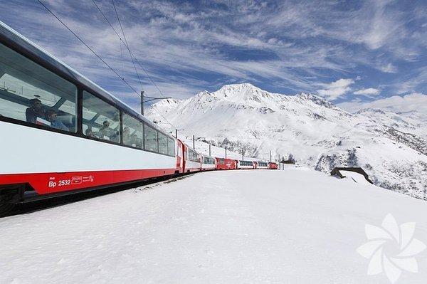 The Glacier Express deniz seviyesinden 2 km yükseklikte İsviçre Alplerinin yamacında 129 km boyunca yolcularını taşır.
