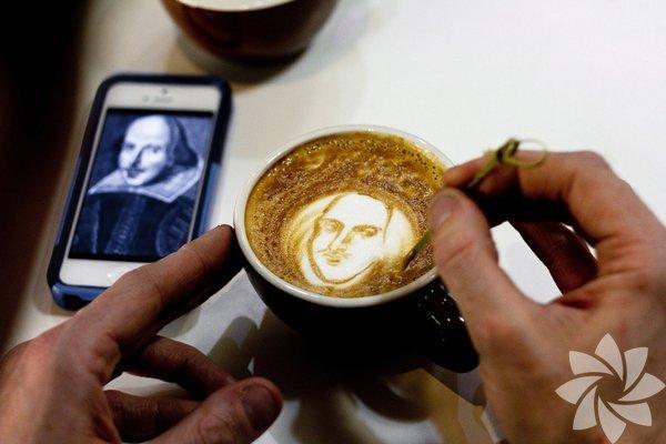Amerikalı 'kahve sanatçısı' Michael Breach'in, kahve köpüğüne resmettiği portreler görenleri hayrete düşürüyor.