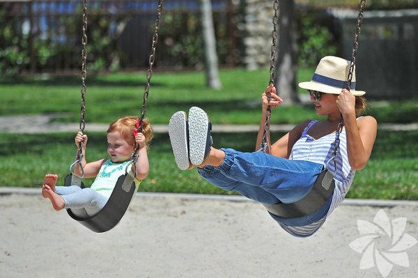 Anne olduktan sonra Hollywood'daki oyunculuk kariyerini adeta askıya alan Jessica Alba, önceki gün beş yaşındaki kızı Honor'la birlikte Beverly Hills'teki bir parkta görüntülendi.