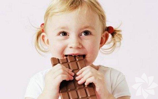 Abur cuburu kes!  Şeker, trans yağlar ve diğer abur cuburu kesip yerine yüksek besinli besinler koymak çocuğunuzun özellikle de ilk iki yılındaki zihinsel ve motor gelişiminde mucizeler yaratır. Örneğin, çocukların sağlıklı beyin dokusu gelişimi için demir gerekir ve demir eksikliği olduğunda sinir dürtüleri daha yavaş hareket eder. Üstelik çalışmaların gösterdiğine göre, yanlış beslenen çocuklar enfeksiyonlara daha açık olur ve bu da okula devamsızlığı ve arkadaşlarından geriye düşmelerini beraberinde getirir. Çocuklarınızın ne yediğine dikkat edin.