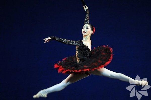 """İngiliz Ulusal Bale Topluluğu'nun sanat yönetmeni ve dansçısı Tamara  Rojo'nun """"Balerinlerin sakatlanma riski çok yüksek olduğu için  bacaklarımı sigortalatamadım"""" açıklaması vücutlarının bazı bölümlerini  milyonlara sigortalatan ünlüleri akla getirdi."""