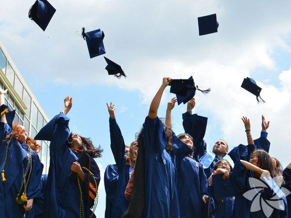 Türkiye genelinde ilk ve orta dereceli okullarda öğrenim gören 16 milyon 475 bin 493 öğrenci cuma günü karne alarak yaz tatiline çıkacak. İlkokul, ortaokul ve lisede halen son sınıfta okuyan 3 milyonu aşkın öğrenci ise mezun olacak ve âdet olduğu üzere mezuniyet baloları düzenleyecek. Ancak mezuniyet balolarına bazı kısıtlamalar getirildi.