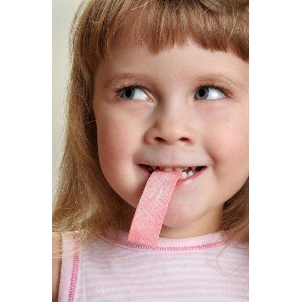 Sakız çiğnetin, alt çenenin devamlı hareket etmesini sağlamanız çocuğunuzun kulağındaki basıncı azaltacaktır.