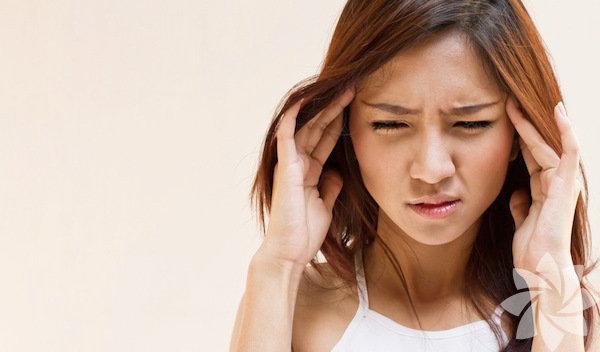 Kadınlarda daha sık görülen migren ataklarını uzun süren açlık periyotları tetikliyor. Normal beslenen bir insan öğün atladığında bile migren ağrısının tetiklenebileceği belirtiliyor. Atak sıklığı fazla olan ve özellikle açlık ile migren atakları tetiklenen hastaların oruç tutmamaları gerekiyor. Migreniniz varsa bu önerileri dikkate almanız gerekiyor: