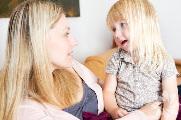 """Anaokulu Anaokulu  çağındaki çocuklar okumayı öğrenirken bazen önemli bir adımlar  atlanıyor. Üstelik bu öğrenmelerini güçleştirecek kritik bir adım olduğu  halde. Uzmanlar buna 'işitsel farkındalık' diyor. Bunun alamı her  kelimeyi seslerin oluşturduğu bir kombinasyon olarak öğrenmesi. Bunun  için en iyi yol kelimelerdeki sesleri tek tek birleştirmesi, ve günlük  söylediği, -büyük, -küçük gibi kelimeleri seslerden oluşturması. Bunu yapın: Kelimeleri seslere bölerek pratik yaptırın. Çocuğunuza """"Kedi  kelimesindeki sesler nelerdir?"""" gibi sorular sorun, Beraber yavaşça  sesleri söyleyebilirsiniz. Kelimelerin hecelerini bağlamalarından endişe  etmeyin (Bu ayrı bir ders). Basit bir kaç kelime ile pratik yaptıktan  sonra, """"kahvaltı"""" ve """"pencere"""" gibi daha zor kelimeleri deneyin. Önemli  olan şey çocuğunuzun güvenli şekilde kelimenin içindeki sesleri  çıkartabilmesi."""
