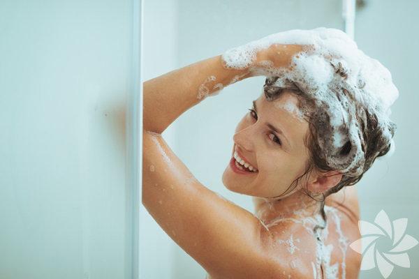 Soğuk suyla duş almak, muhtemelen özgür iradenizle asla yapmayacağınız, genelde kontrolünüz dışında meydana gelen bir şeydir. Ancak soğuk duş almanıza sebep olan insanlara kızmak yerine, aslında onlara teşekkür etmeniz gerektiğini söylesek ne düşünürsünüz? Eğer birisi duşunuzu sıcaktan soğuğa çevirme gafletinde bulunduysa beliniz ve sağlığınız için somut bir iyilikte bulunduklarına emin olun. Soğuk duşun şaşkınlık yaratan 5 faydasına bir göz atın.