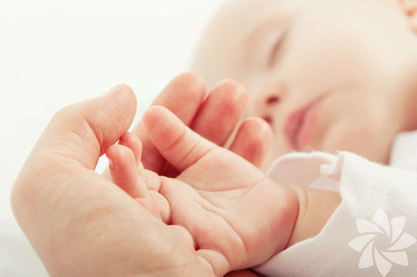 1) Rüya görürler İster inanın ister inanmayın, anne karnındaki bebekler yetişkinlerden çok daha fazla rüya görür. Henüz hiçbir şey görmeden rüyalarının nasıl şekillendiğini merak edebilirsiniz. Duydukları sesler ve etraflarındaki ışık doğduktan sonra bir daha asla göremeyecekleri rüyaları şekillendirir. Bu düşler bebek 17 haftalıkken başlar.