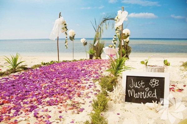 Bu yaz evlenmek isteyenler nikâh tarihlerini aylar öncesinden alıp düğün yapacakları mekânı da belirledikleri için belki değişiklik yapamayacaklar. Ancak son dakika mekân değişikliği yapmak isteyenler için en çok da önümüzdeki yaz kumsal düğününe niyetlenenler için Karadeniz'den Akdeniz'e düğün yapabileceğiniz 10 ideal kumsalı derledik.