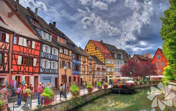 Tarih boyunca sık sık Almanya ve Fransa arasında el değiştiren Colmar, her iki kültürün bir arada yaşadığı bir dokuya sahip. Bu kasabada yapılacak en güzel şey sakinliğin tadını çıkarıp, tarihi sokaklarda bol bol yürümek…