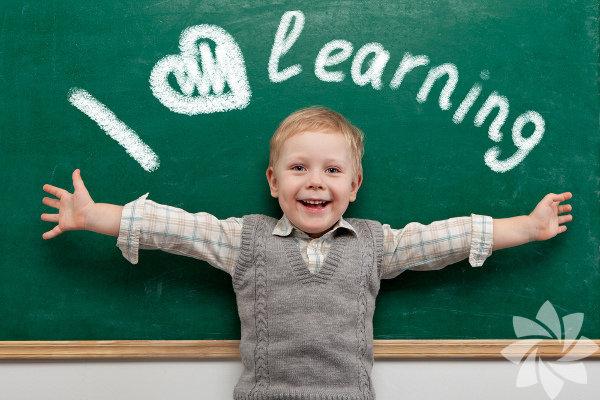 Gelecekle ilgili yapılan tahminlerin pek sağlıklı olduğu söylenemez ve  bu yüzden çocuklarımızı neye nasıl hazırlayacağımıza dair de pek  fikrimiz yok. Bilinmeyen, öngörülemeyen bir dünya için çocuklarımızı  nasıl hazırlamalıyız? Tabii ki öncelikle hazırlıklı olmak, değişimle  başa çıkmak ve uyumlu olmayı öğreterek. Bu çocuk yetiştirme ve eğitimi  için tamamen farklı bir yaklaşım gerektirir. Bu kapıda bizim eski  fikirleri bırakarak, her şeyi yeniden icat demektir.